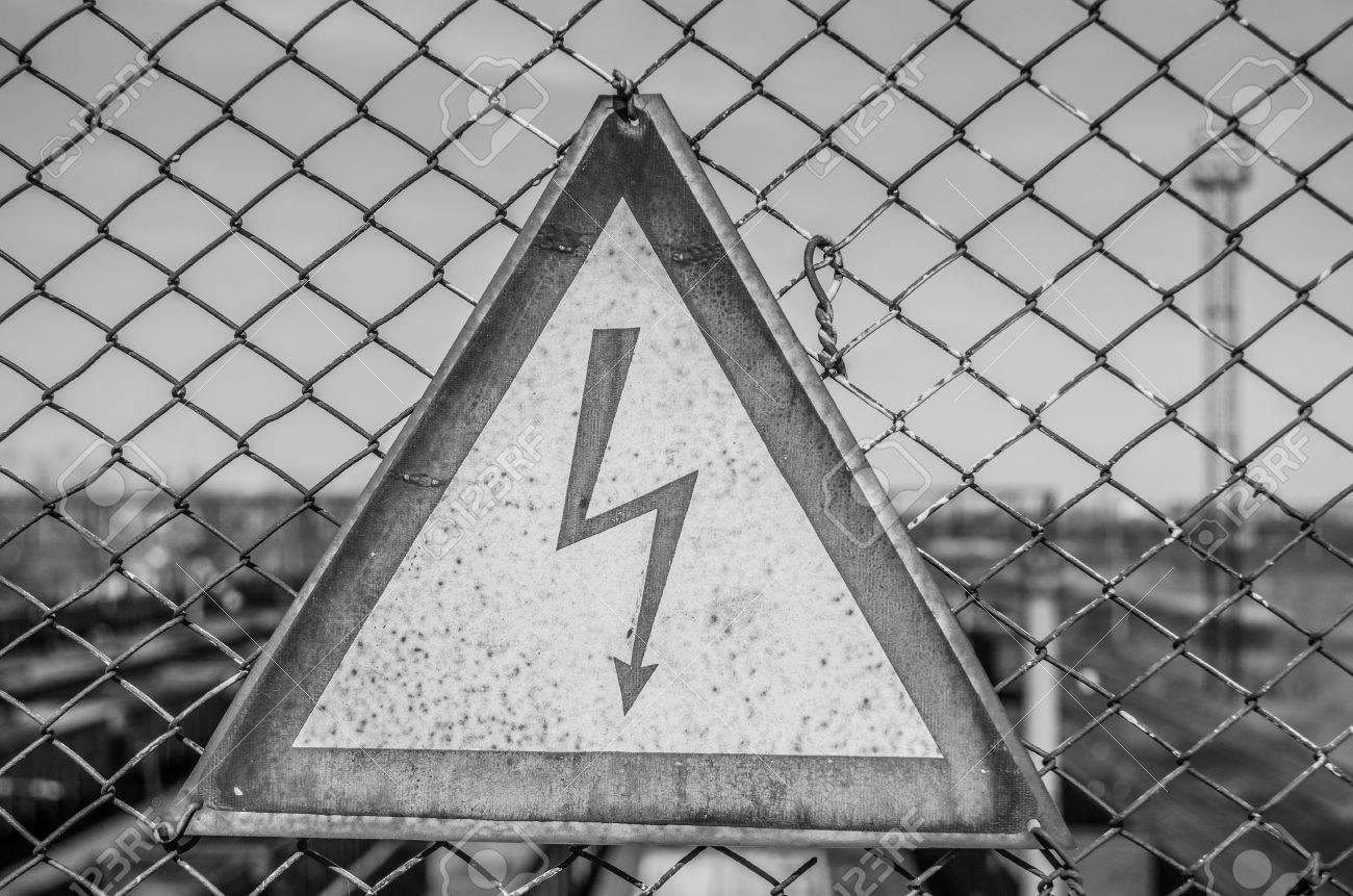 Das Zeichen Hochspannung In Schwarz Und Weiss Auf Einem Metallzaun