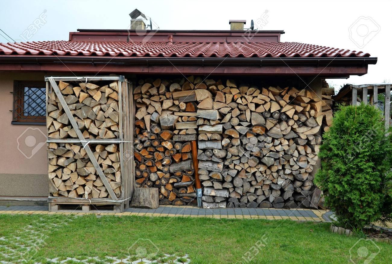 Bois De Chauffage Empile Poele Ou Cheminee Pile De Bois Banque D Images Et Photos Libres De Droits Image 28954638