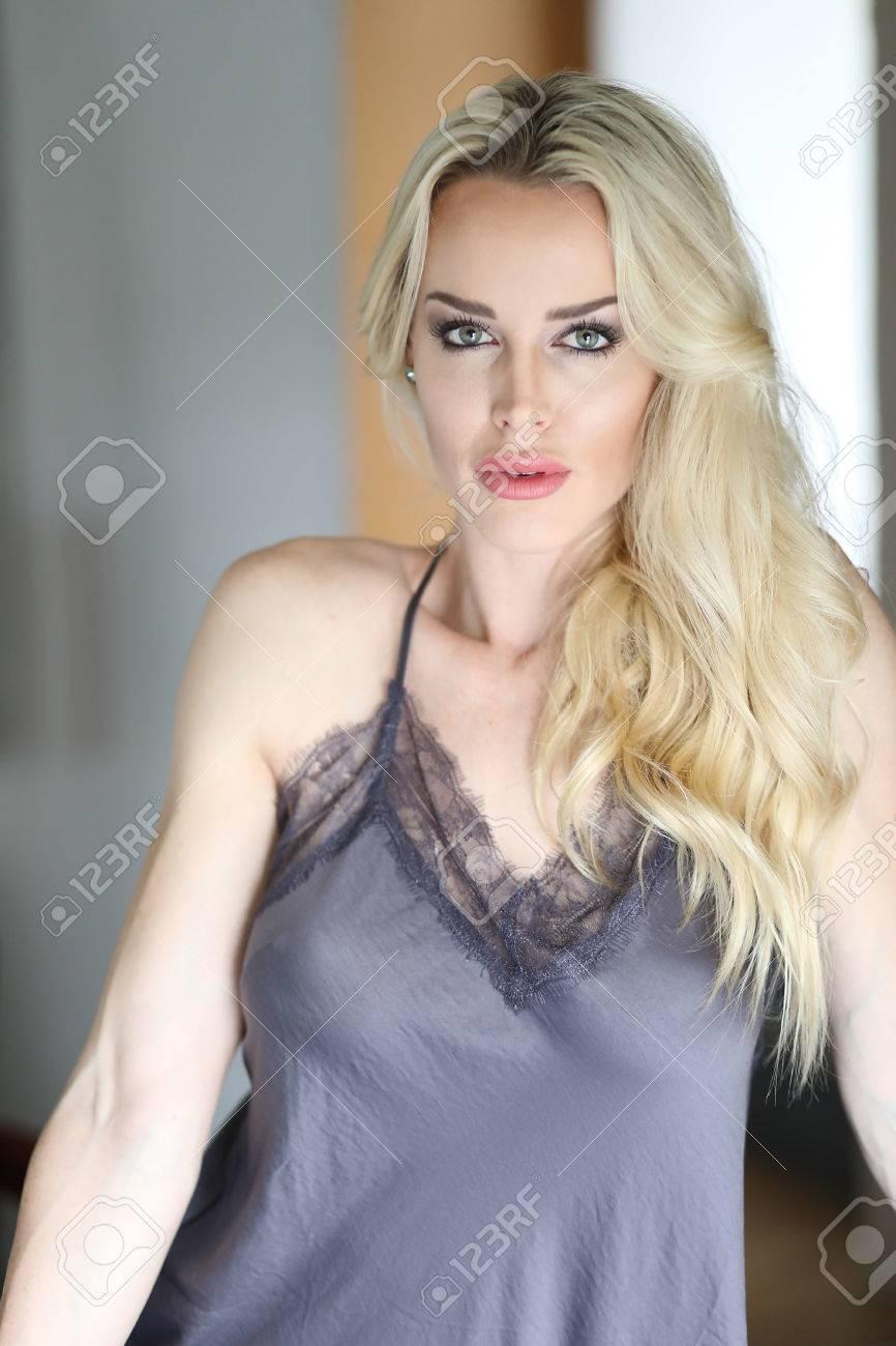 Blonde frauen mit grünen augen