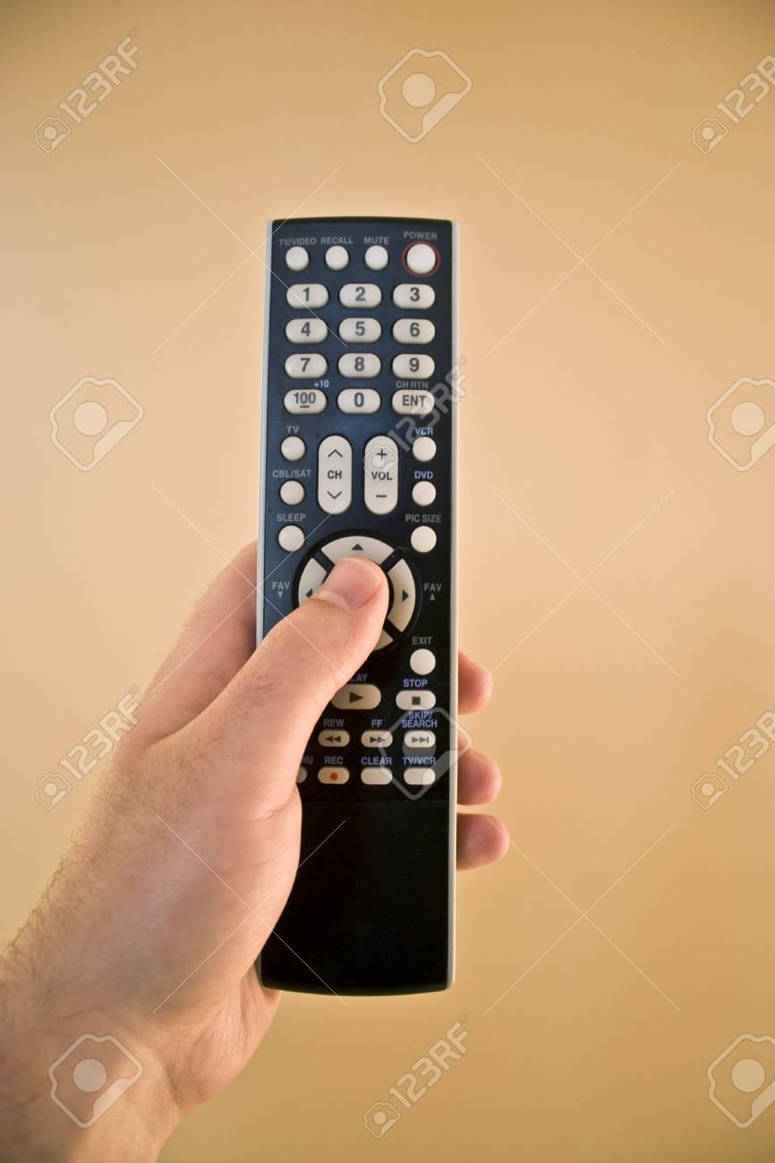 Eine Hand Die Eine Remote Kontrolle über Einen Isolierten Gold