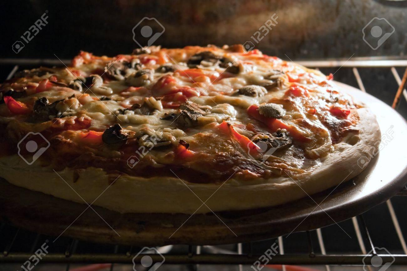 un frais maison champignon et poivre pizza fraîche de la sortie du