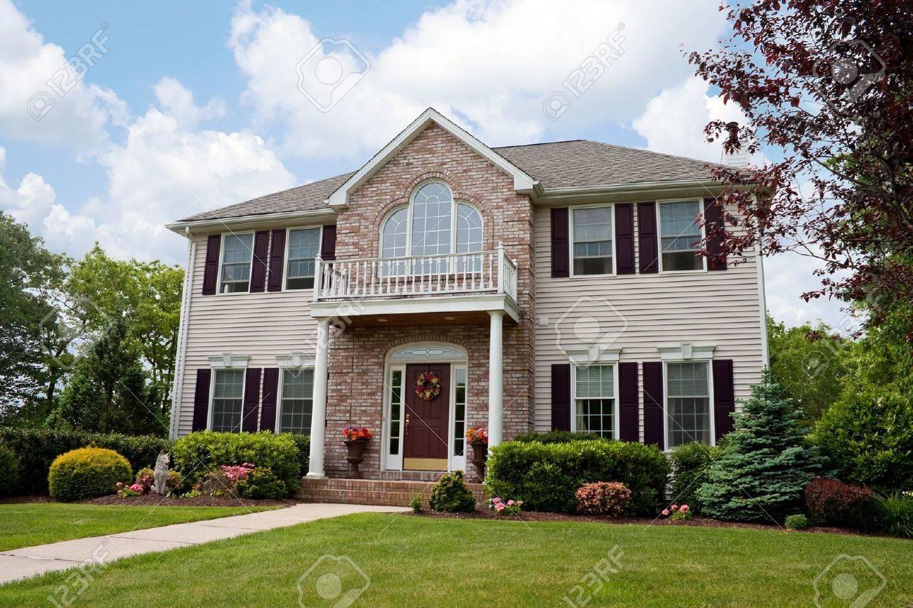Une maison de luxe moderne de bâti personnalisé dans un quartier  résidentiel. Cette maison haut de gamme est propriété très bien aménagée.