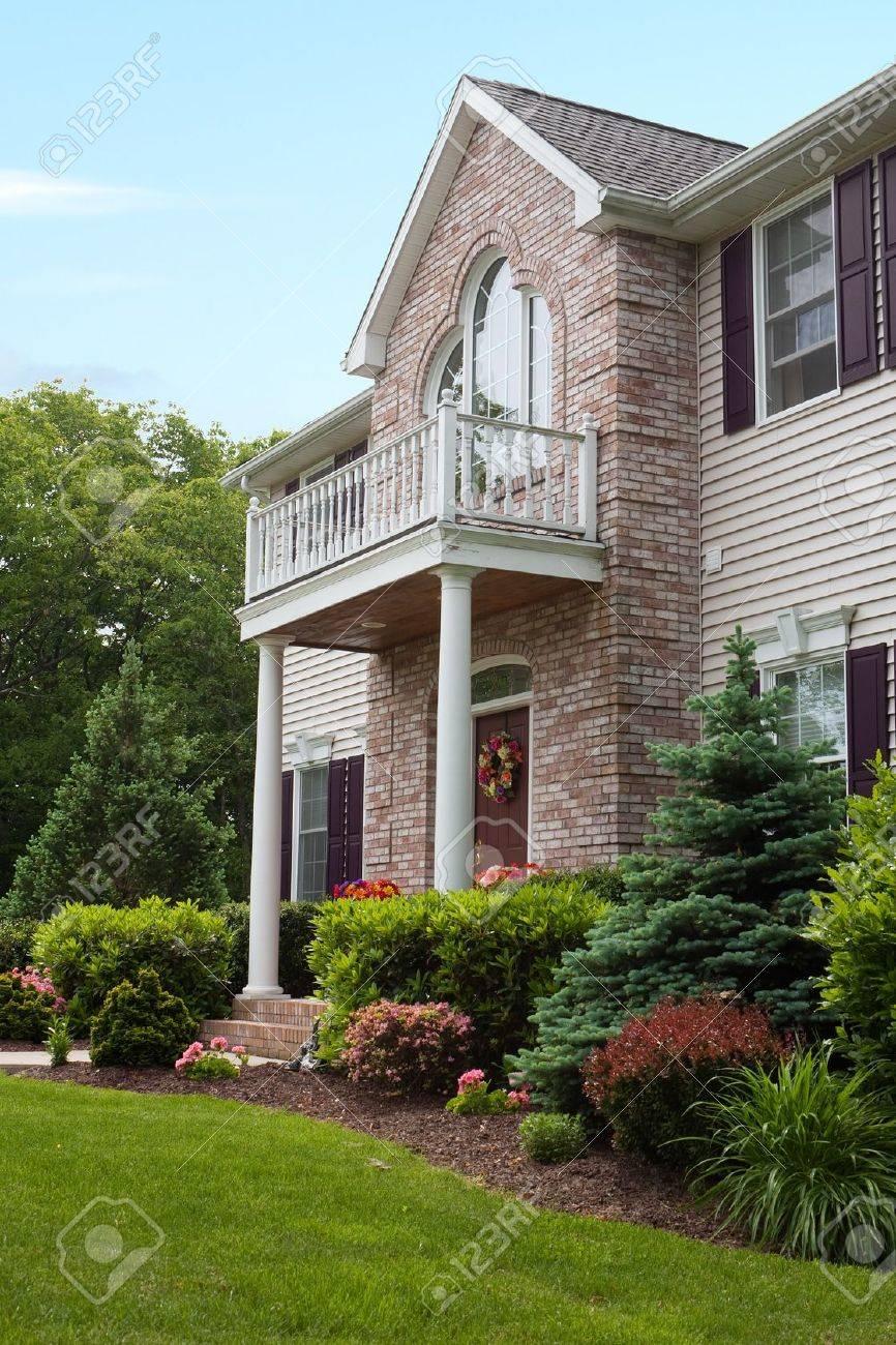 Une maison de luxe moderne de bâti personnalisé dans un quartier  résidentiel. Cette classe supérieur home est une propriété très bien  aménagée.