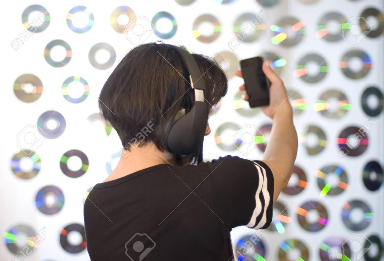 Femme écoutant De La Musique Et Prenant Selfie Téléphone Portable