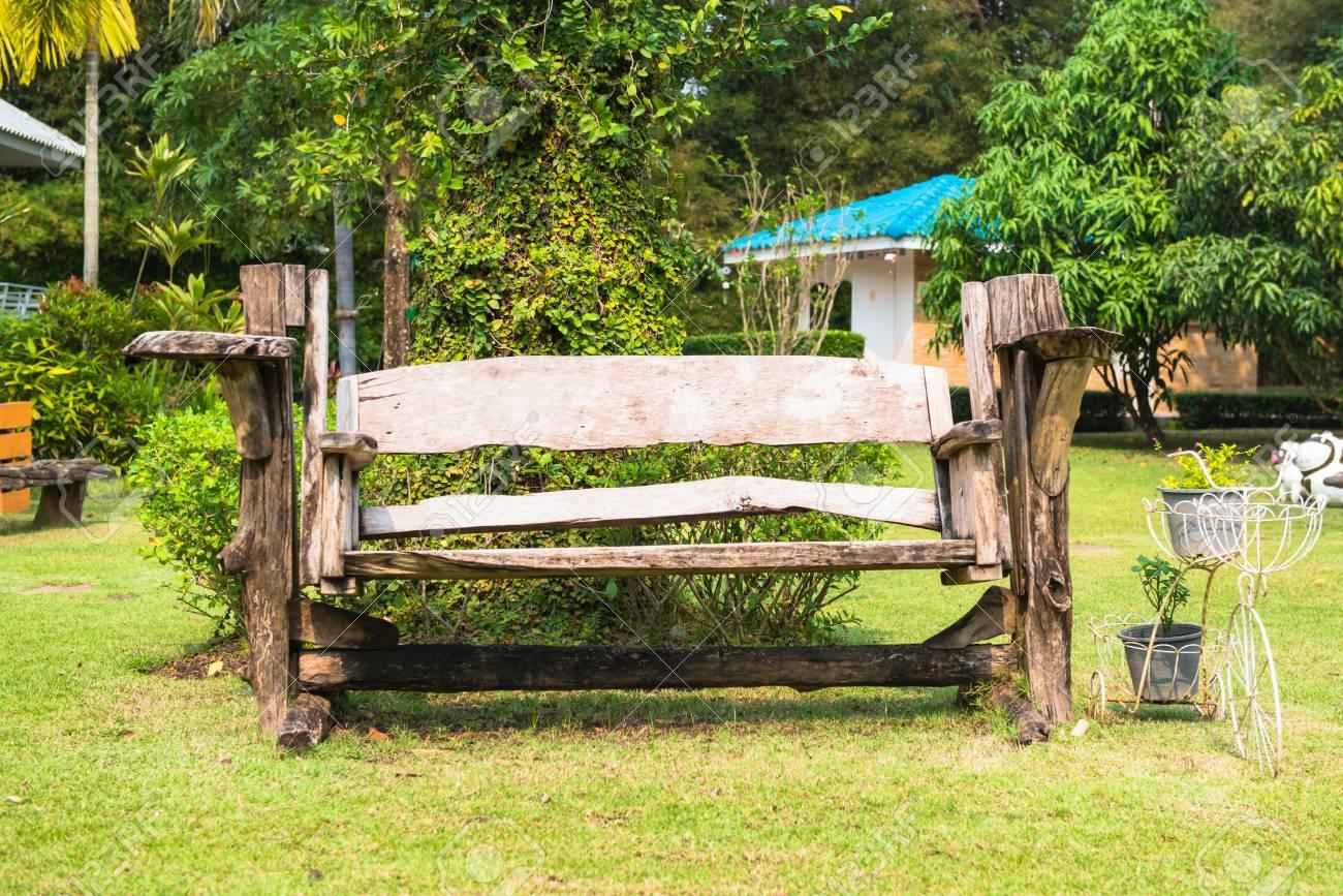 Garten Holzbank Isoliert In Den Grünen Wiesen Lizenzfreie Fotos