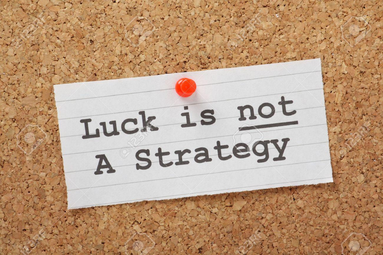 La Suerte Frase No Es Una Estrategia En Un Tablón De Corcho Como Un Recordatorio De Que Sus Planes De Negocio O De Vida No Pueden Tener éxito En La