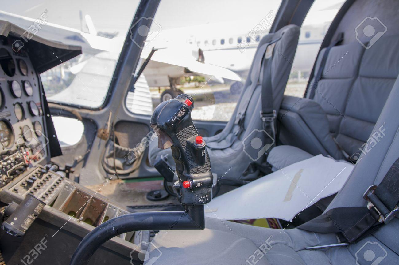 A L\'intérieur D\'un Poste De Pilotage De L\'hélicoptère Bi-moteur ...