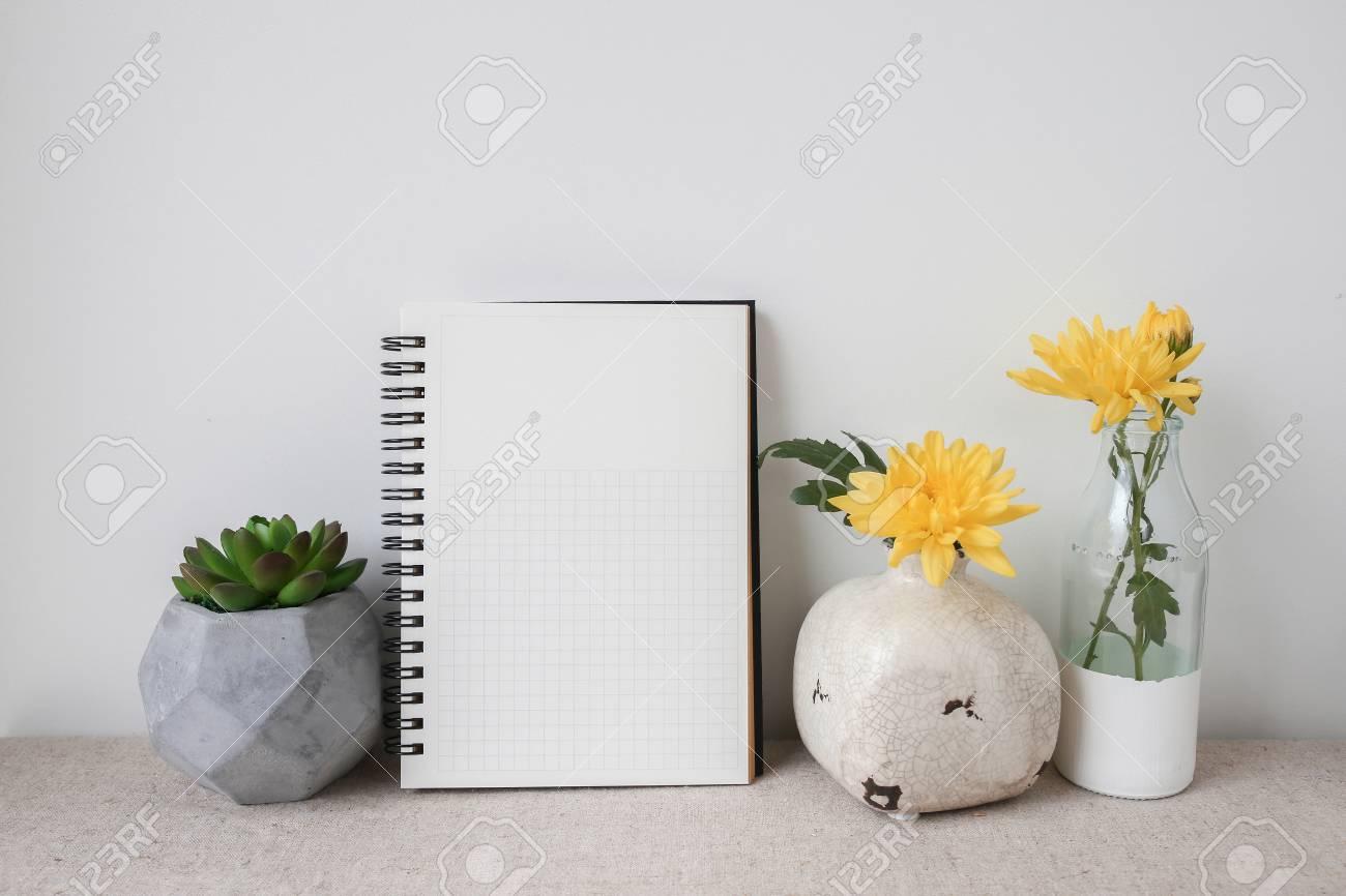 Blocco note e piante pentole camera mockup interni copy space