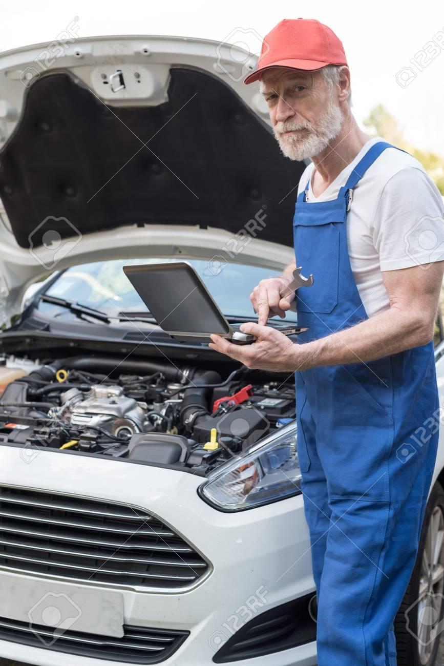 Automechaniker Mit Laptop Für Die Überprüfung Auto Motor Lizenzfreie ...