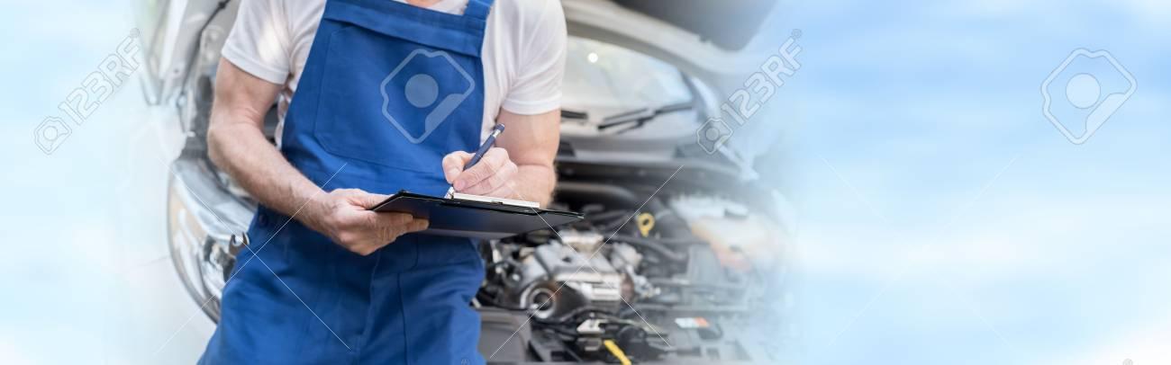 Automechaniker, Der Einen Automotor überprüft Und Auf Die ...