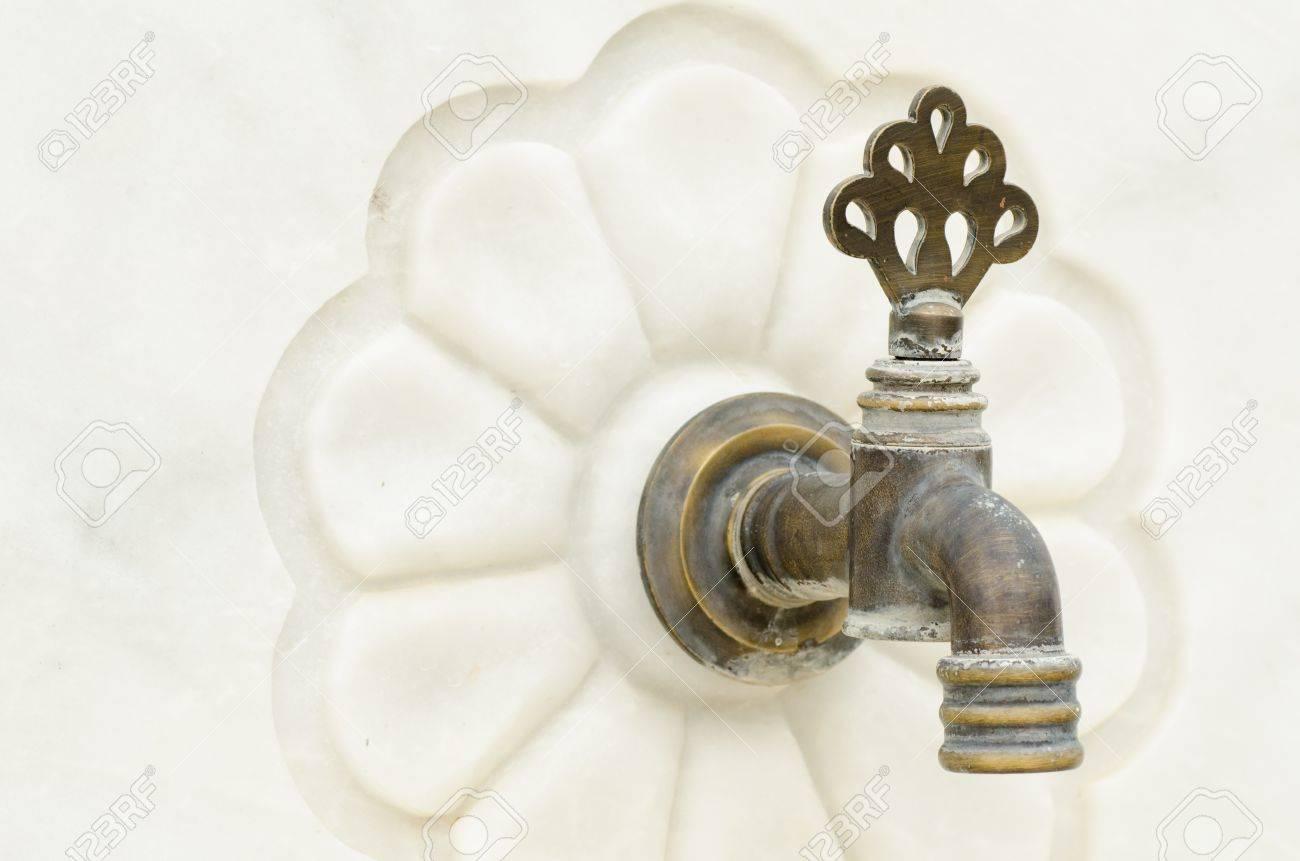 Old Bronze Wasserhahn Auf Weißem Marmor Lizenzfreie Fotos, Bilder ...