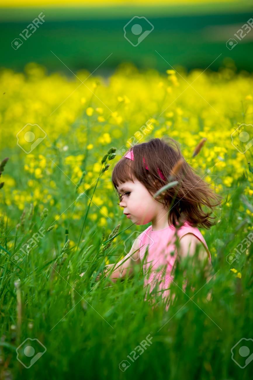 niñas caminando y clasificación de los campos Foto de archivo - 8869171
