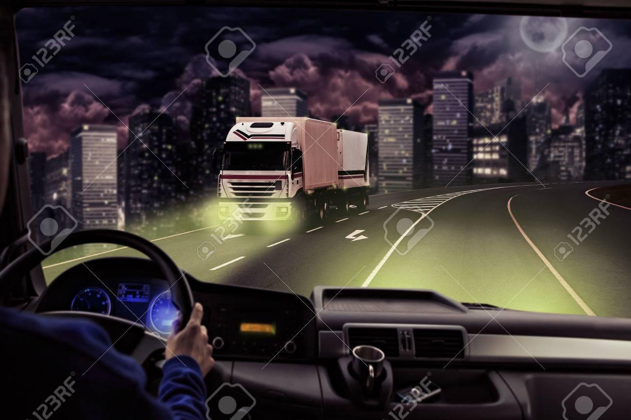 Fahrer Sicht Aus Dem Cockpit Eines LKW Auf Der Straße Lizenzfreie ... | {Auto cockpit straße 51}