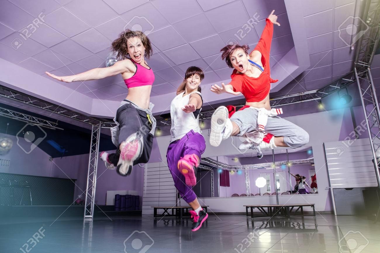 Grupo De Mujeres En Traje De Deporte Que Saltan En La Aptitud ...