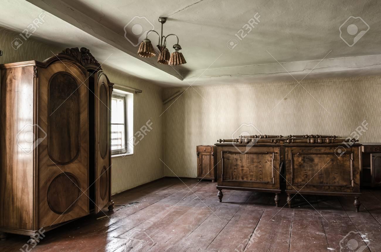 a934f165234339 Aufgegebenes schönes Schlafzimmer mit Holzmöbeln Standard-Bild - 72041089