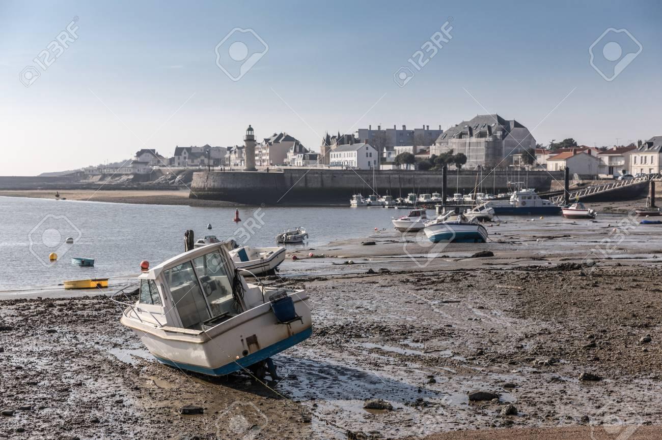 Clic Saint Gilles Croix De Vie bateau à marée basse dans le port de saint-gilles croix de vie (france)