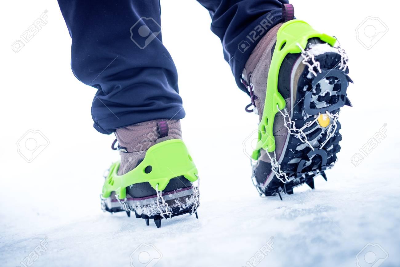nueva estilos nuevo estilo de grandes variedades Botas de montaña con equipo para hielo. La nieve como fondo y sol. El sol  está brillando. Moutains y viajes.