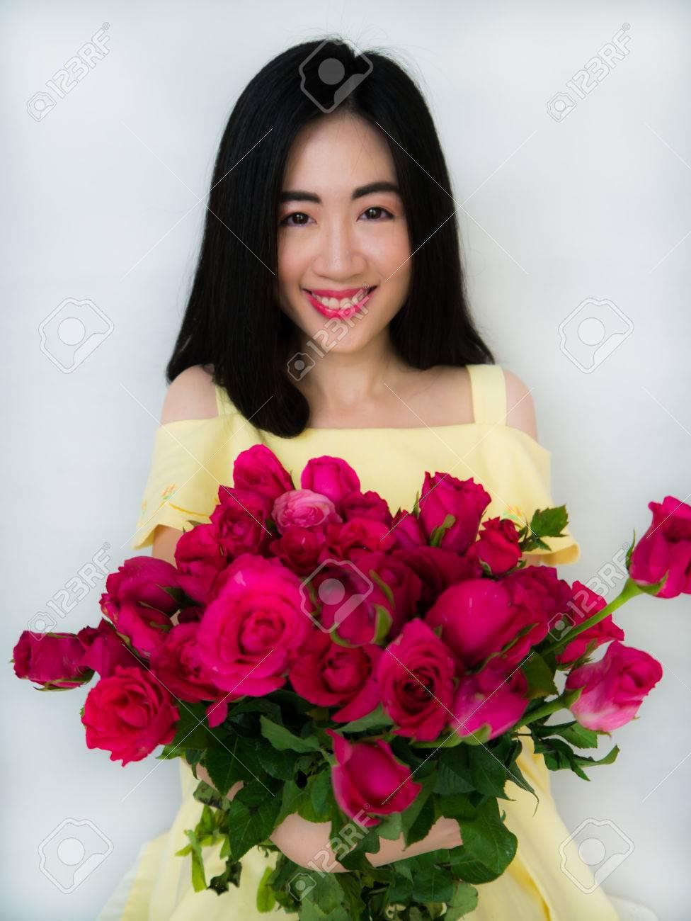 Фото девушка с розами в руках