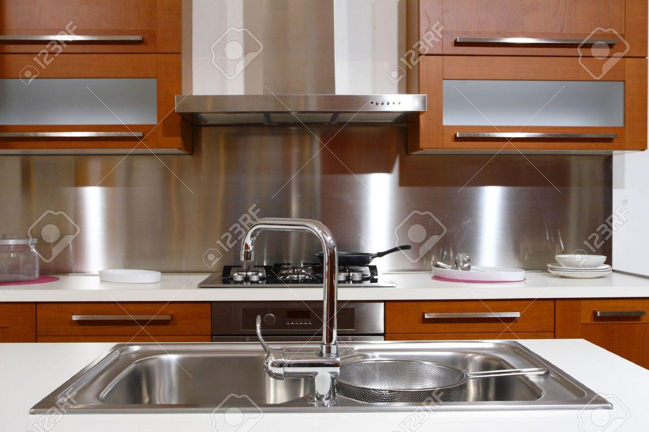 moderne holz-küche modern hintergrund lizenzfreie fotos, bilder ... - Moderne Bder Mit Holz