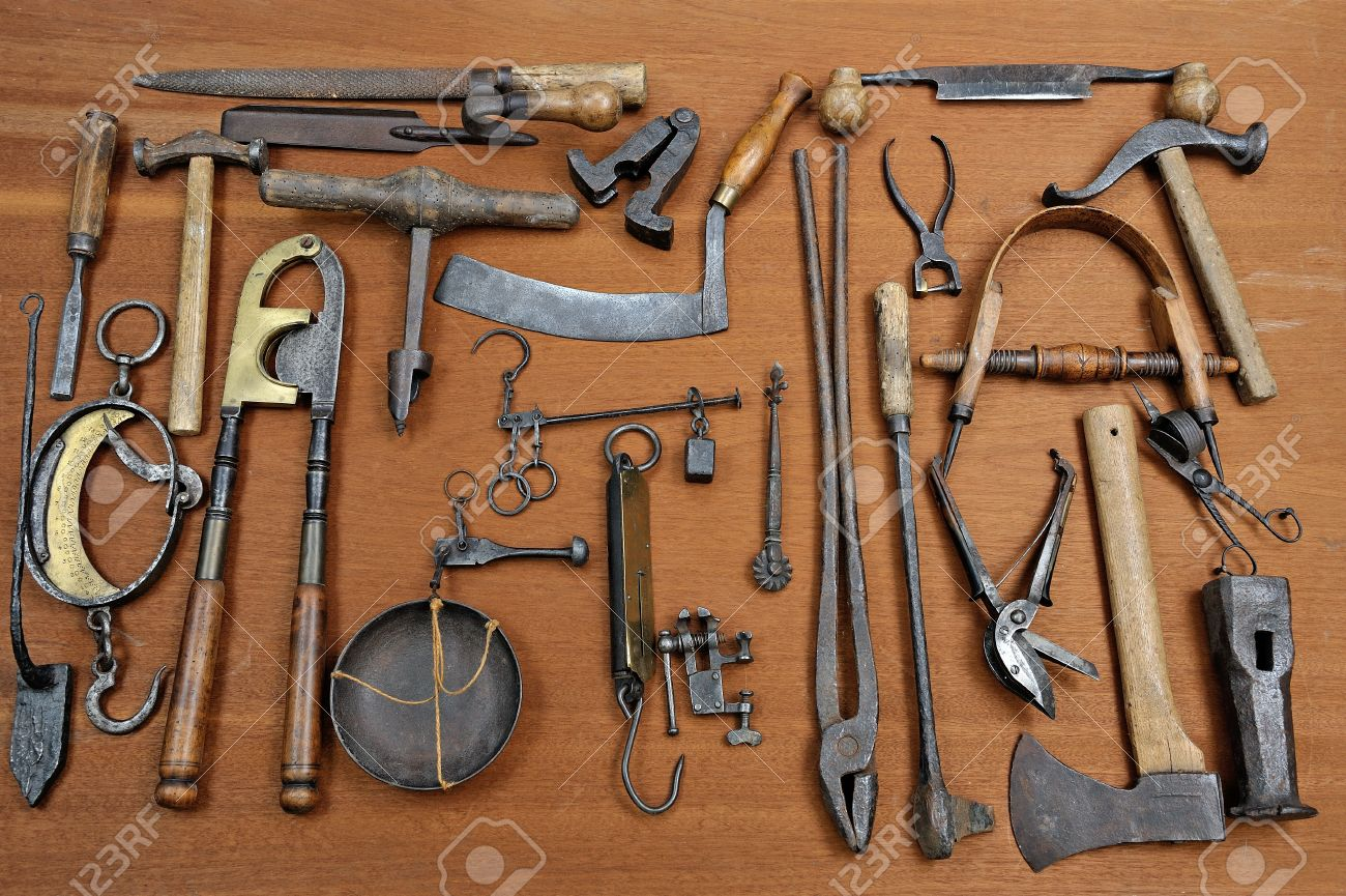 12527609-un-groupe-de-vieux-outils-utili