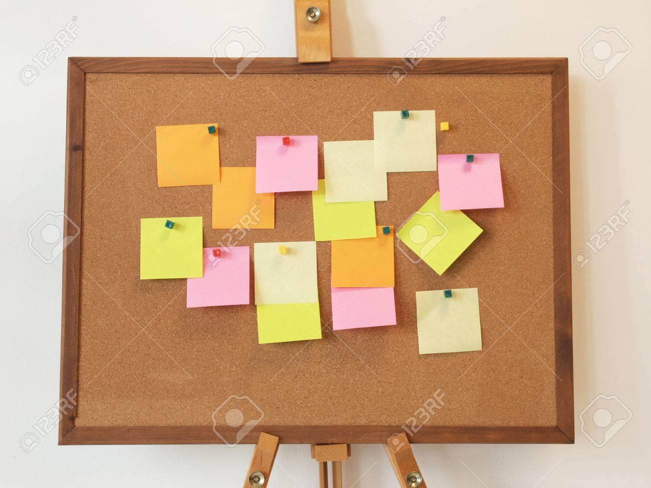 Wonderbaar Een To Do List Met Een Notitie Papier Op Kurk Prikbord. Zij Staan PY-19