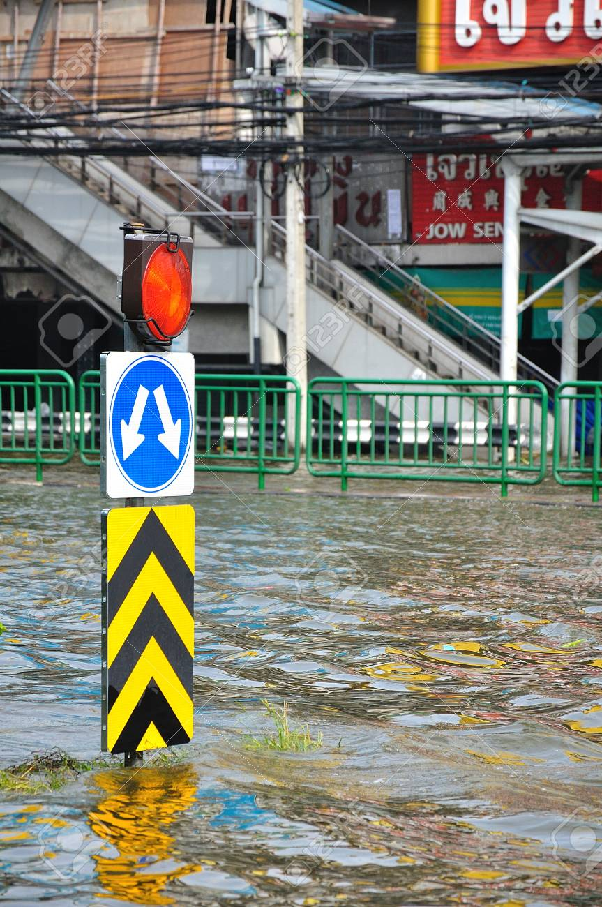 BANGKOK, THAILAND - NOVEMBER 05 : Heavy flooding from monsoon rain in Ayutthaya and north Thailand arriving in Bangkok on November 05,2011 Bangkok, Thailand,At Ladprao junction,Paholyothin & Ladprao Rd. Stock Photo - 11215485