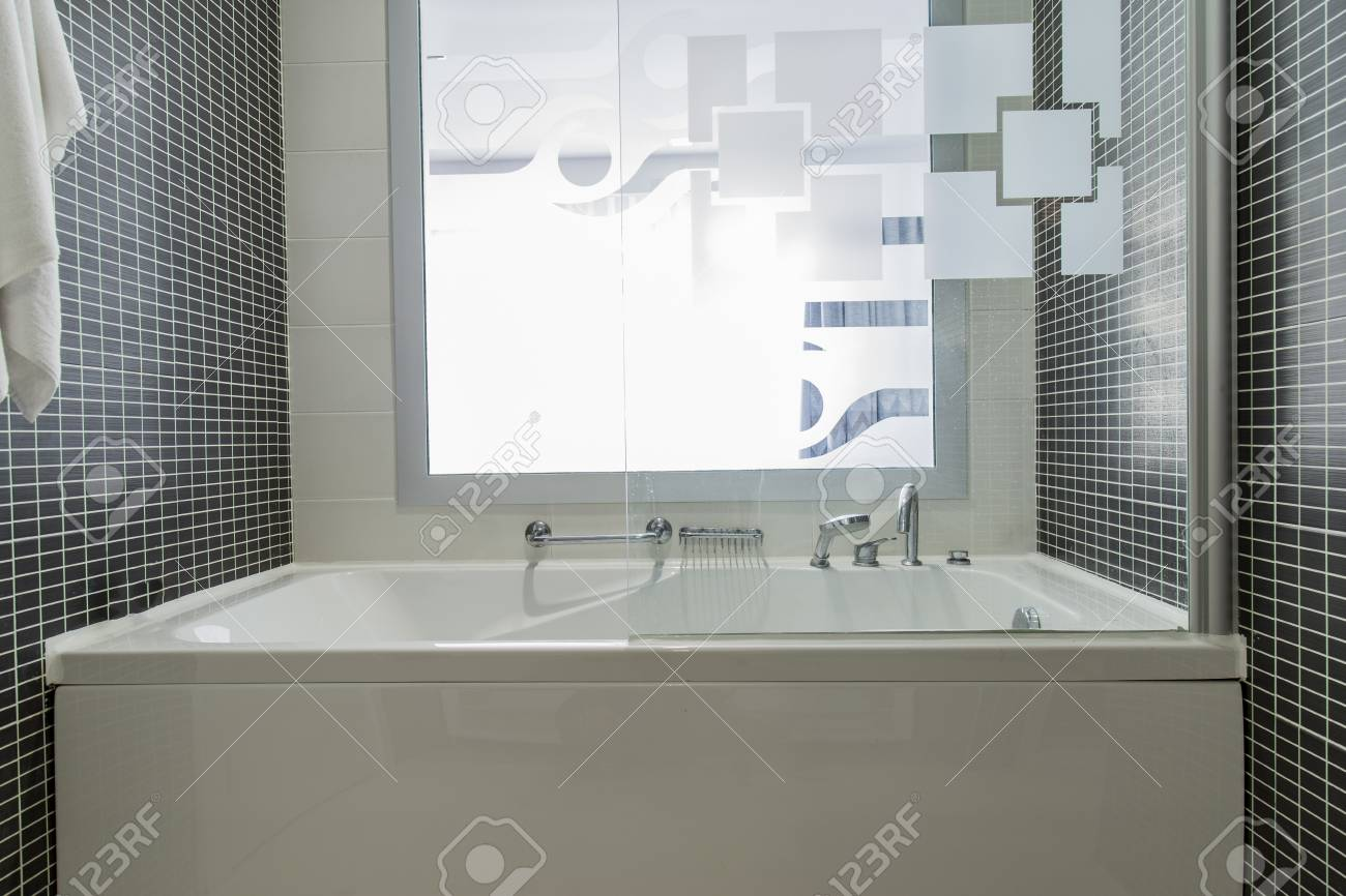 Vasca Da Bagno Vista : Vista della vasca da bagno con luce del giorno dalla finestra