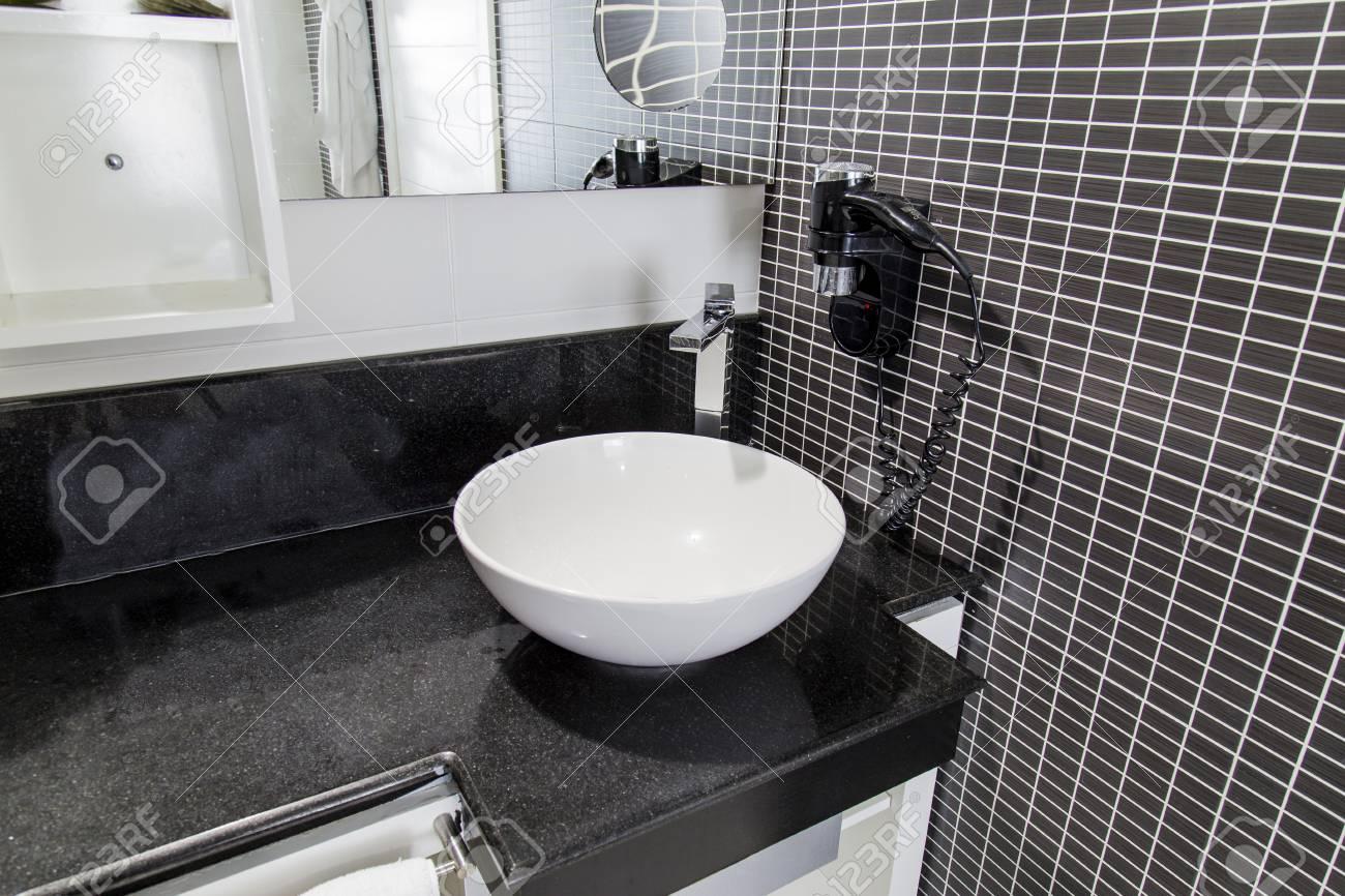 Veduta di elegante bagno con piastrelle nere molto profondità di