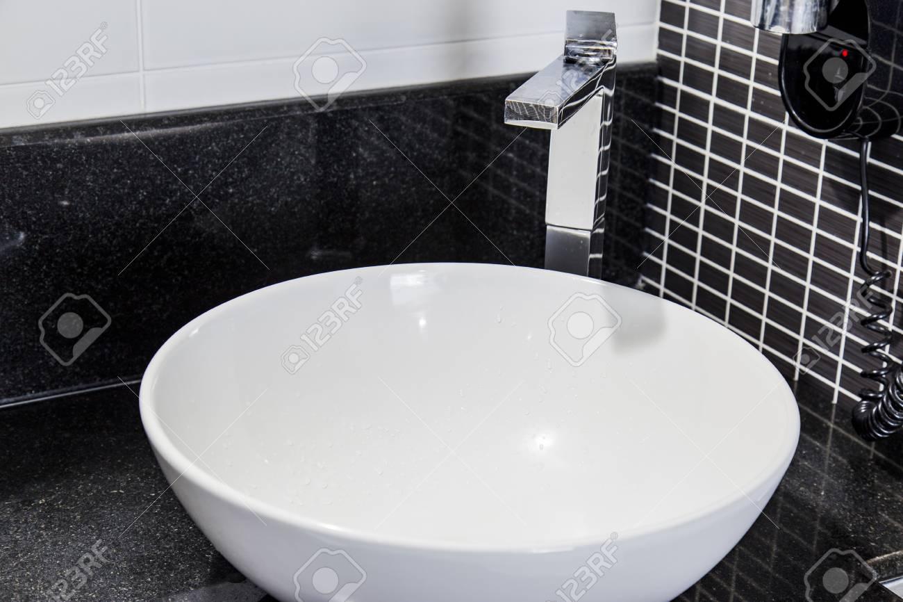 Immagini stock veduta di elegante bagno con piastrelle nere