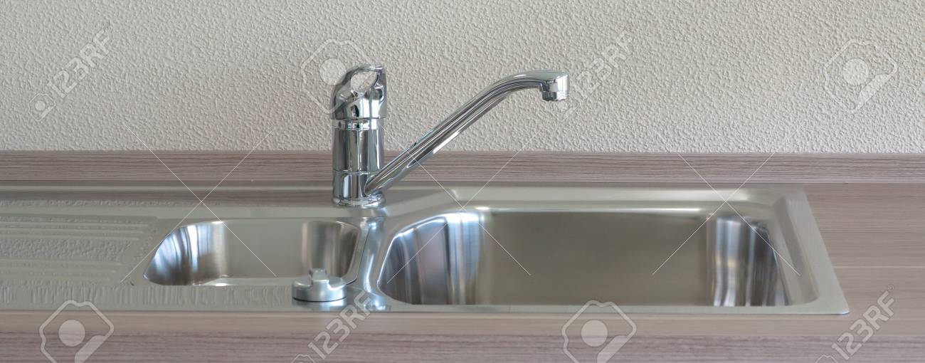 Schöne, Moderne Küche Spüle Und Wasserhahn Aus Metall Lizenzfreie ...