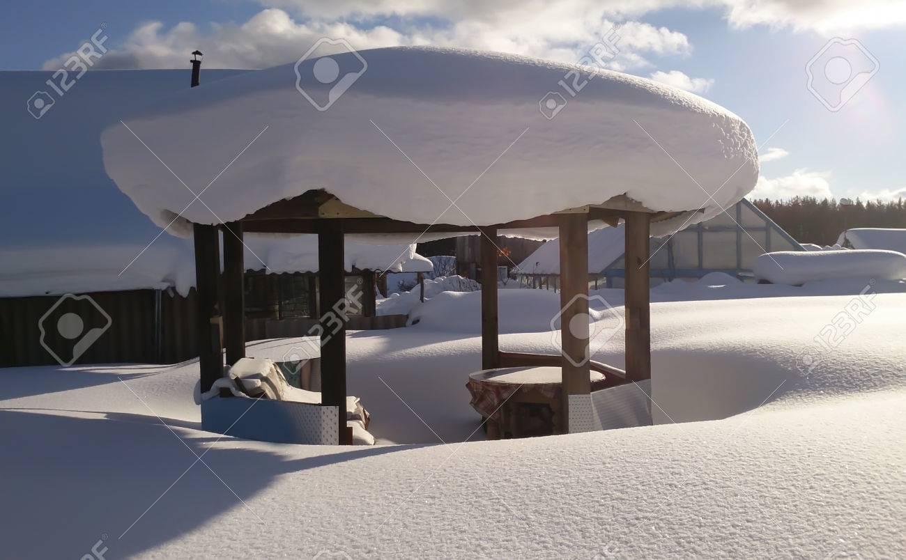 Schweizer Sommerküche : Sommerküche in sibirien unter schneewehe in der sonne lizenzfreie