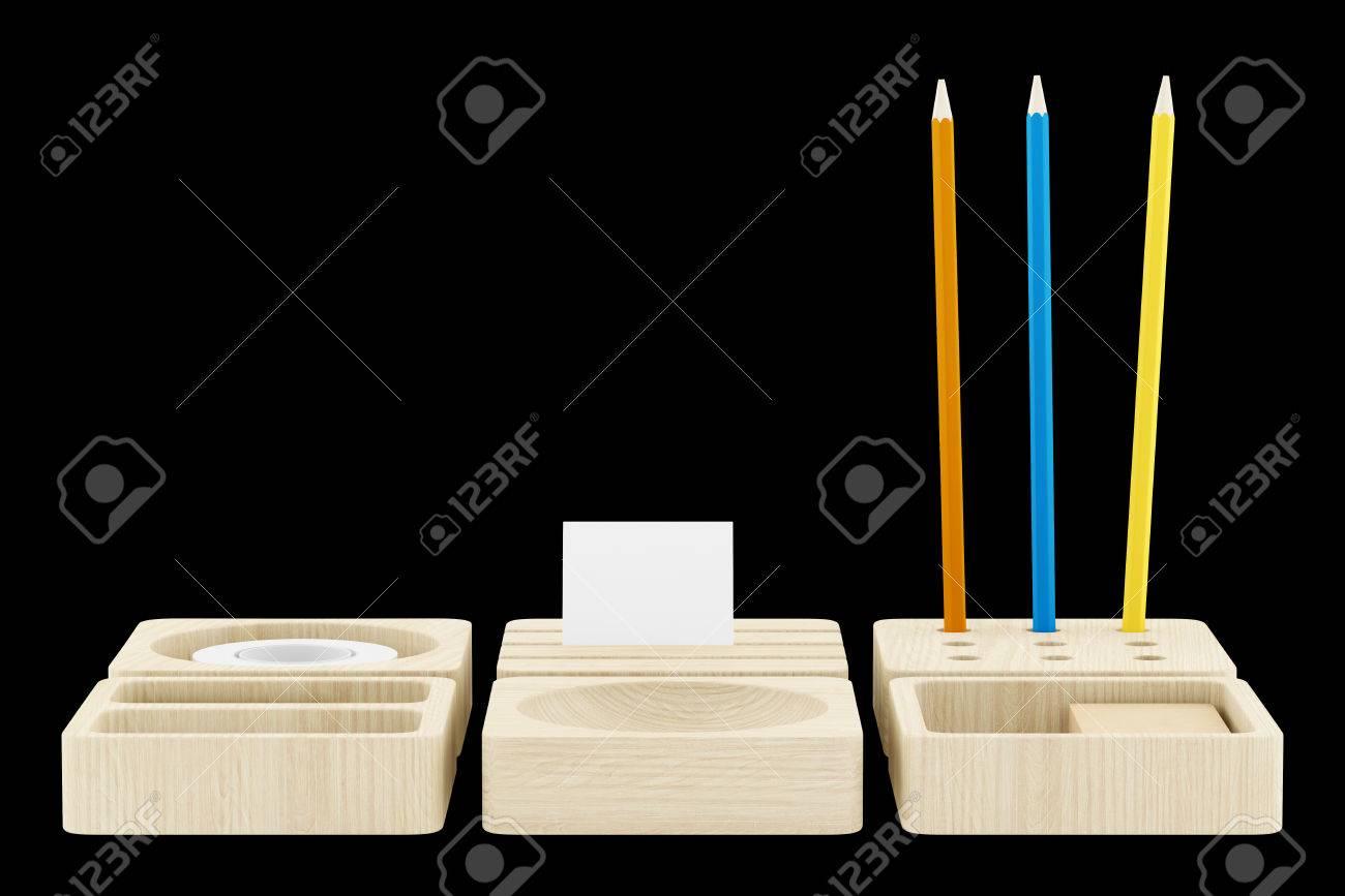 Organisateur de bureau en bois avec des fournitures de bureau isolé