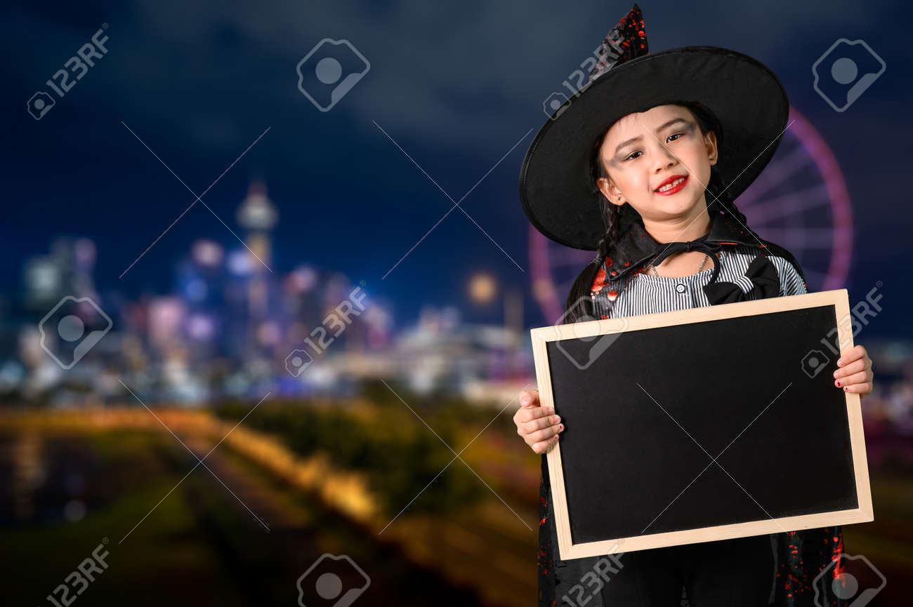 the childrens in the Halloween costume. the concept of Halloween, festival, party and happiness - 155918013