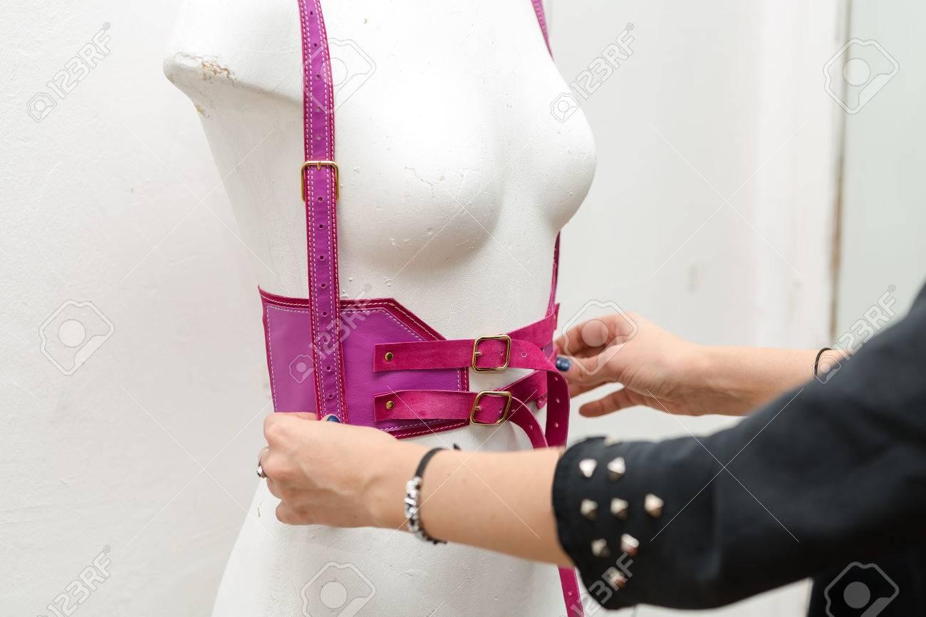 Klettergurt Pink : Junges mädchen modedesigner macht handgemachte swordbelt