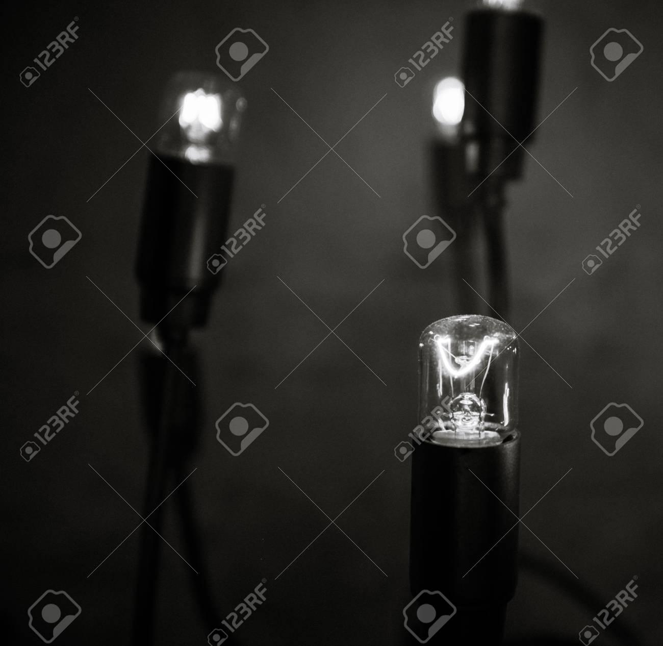 Retro lámpara que brilla en un cuarto oscuro