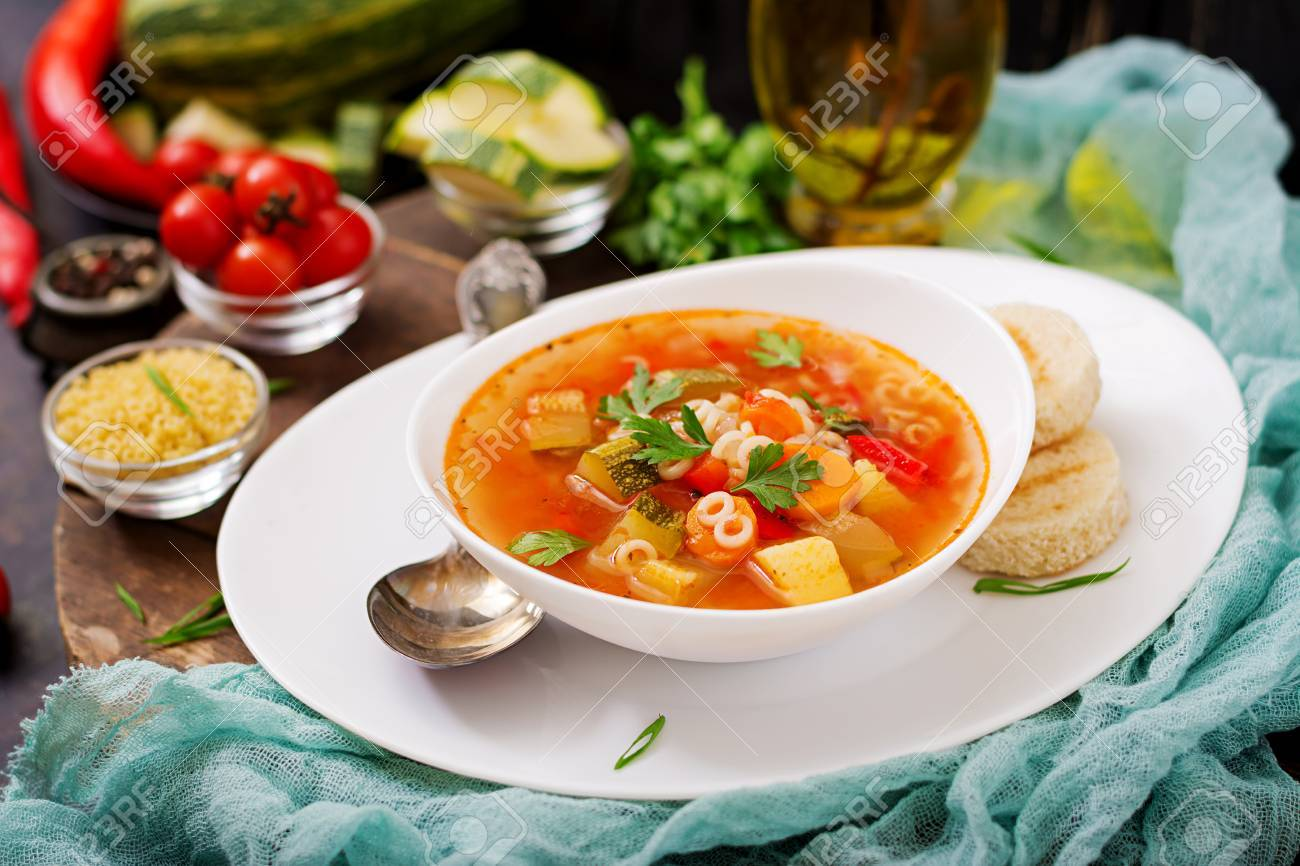 """Image De Plat De Cuisine minestrone - """"grosse soupe"""", soupe aux nombreux ingrédients - un plat de  cuisine italienne, légère soupe aux légumes de saison avec des pâtes."""
