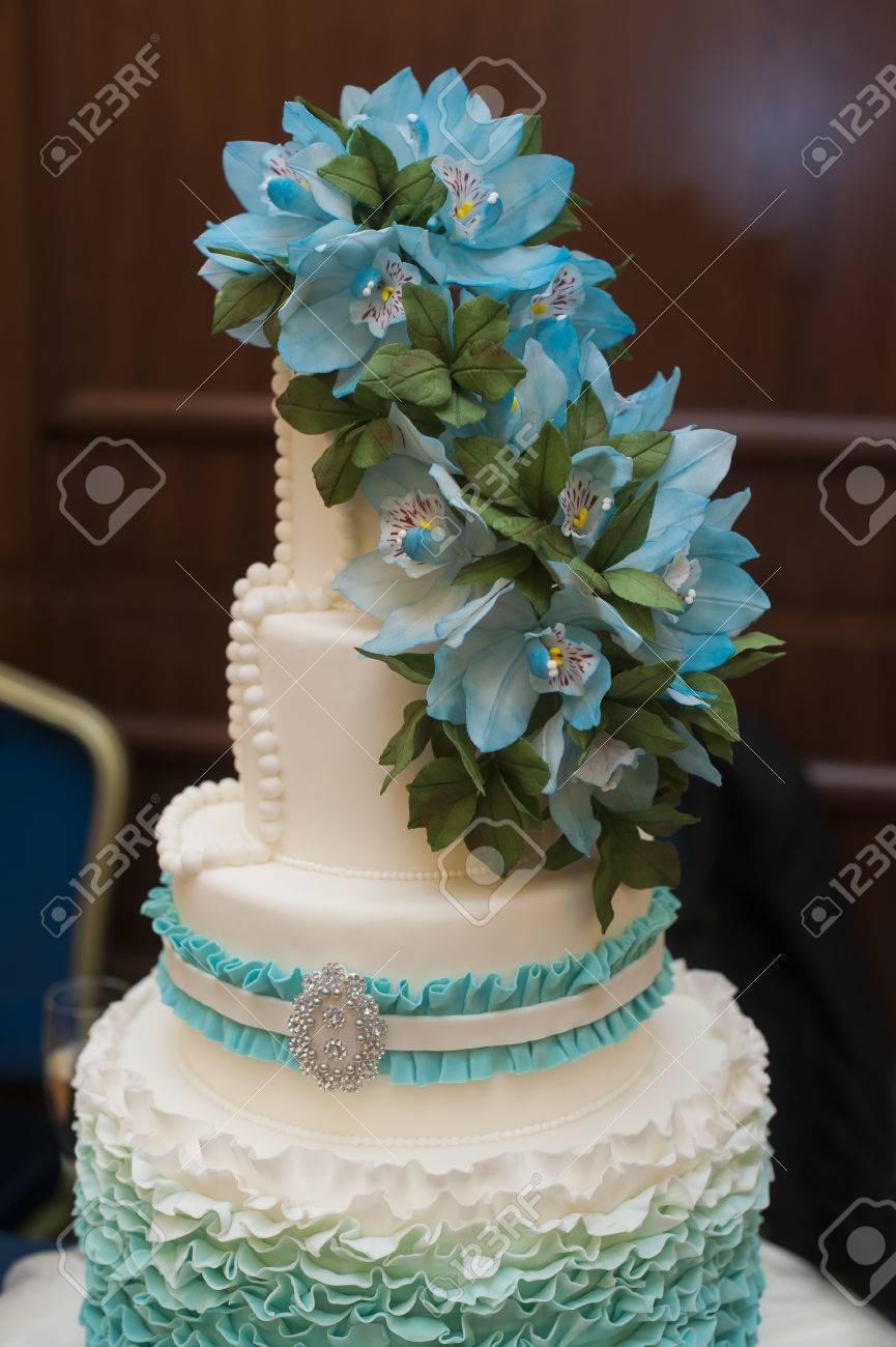 Wunderschonen Turkisfarbenen Threetiered Hochzeitstorte Mit Blumen