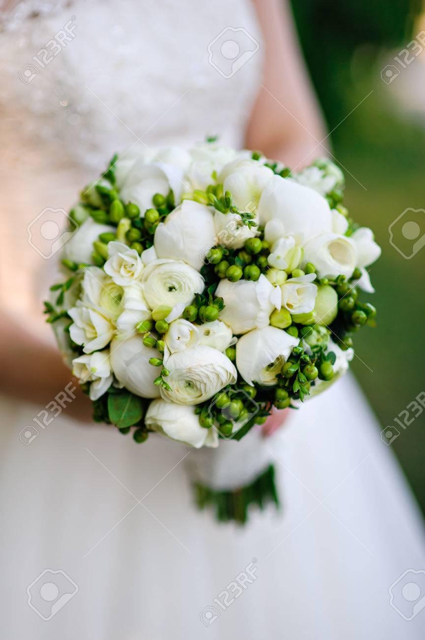 Schone Weisse Blumenstrauss In Den Handen Der Braut Lizenzfreie Fotos