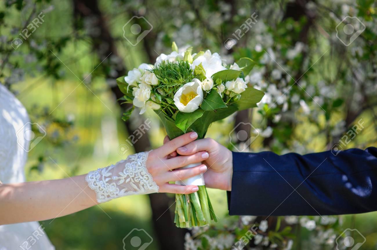 Braut Die Mit Brautigam In Den Handen Von Einem Schonen