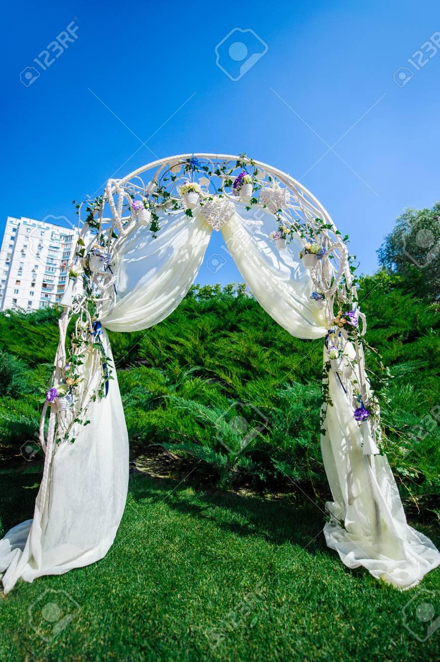 Fragment De La Décoration Créative Arche De Mariage Avec Des Fleurs