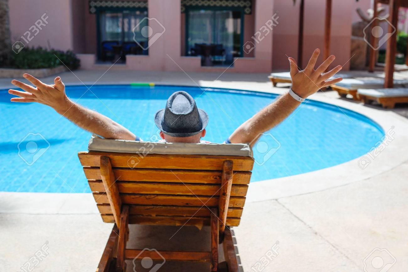 banque dimages heureux lhomme avec un chapeau allong sur un transat prs de la piscine - Transat Piscine