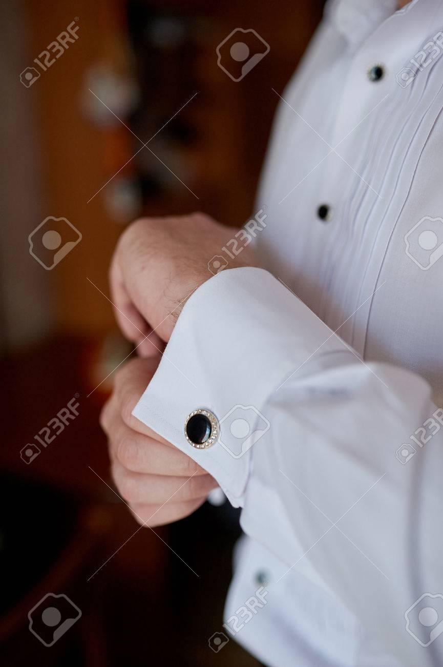 grandes marques large choix de couleurs haut de gamme authentique Homme dans la chemise blanche près de la fenêtre fenêtre boutons de  manchette.