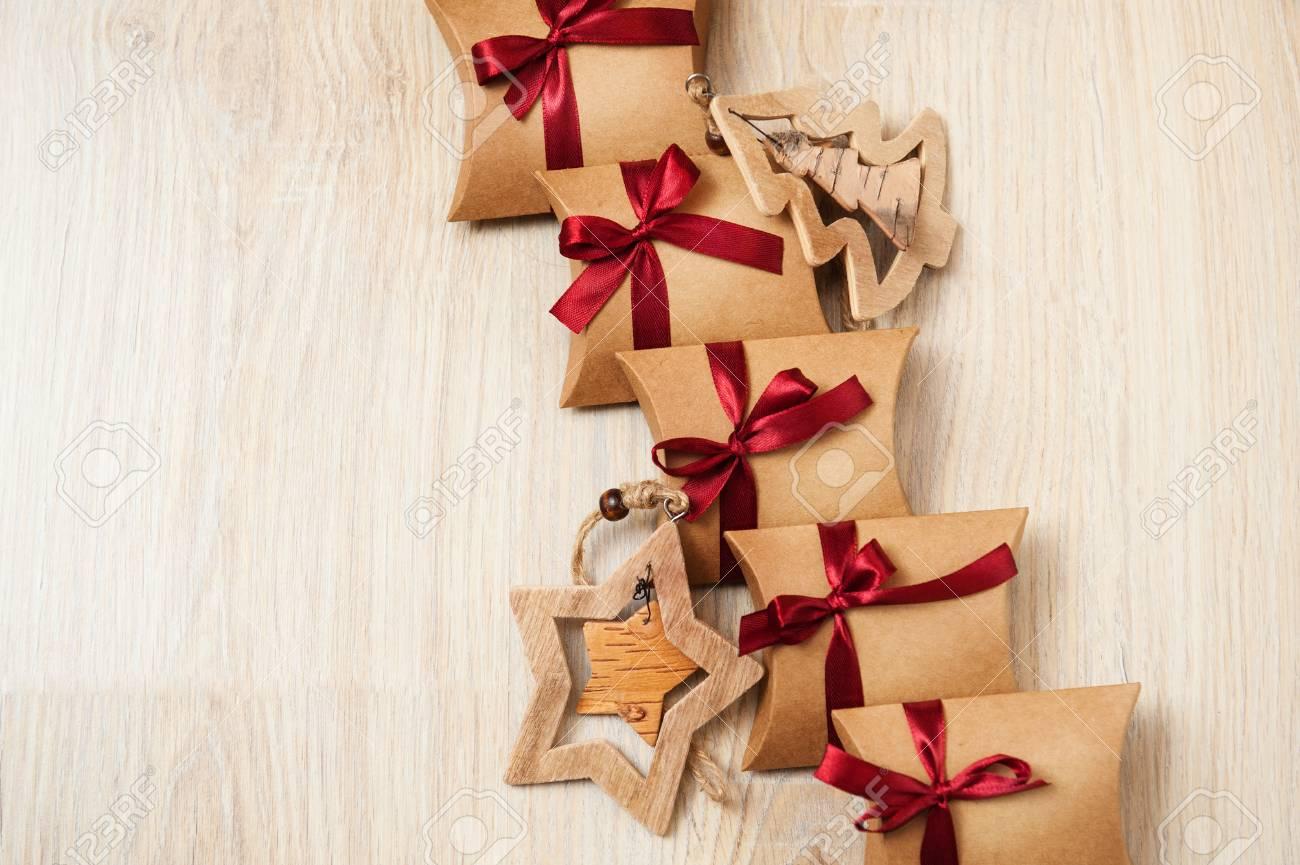 Handgemachte Weihnachtsgeschenke Aus Kraftpapier Und Holzspielzeug ...