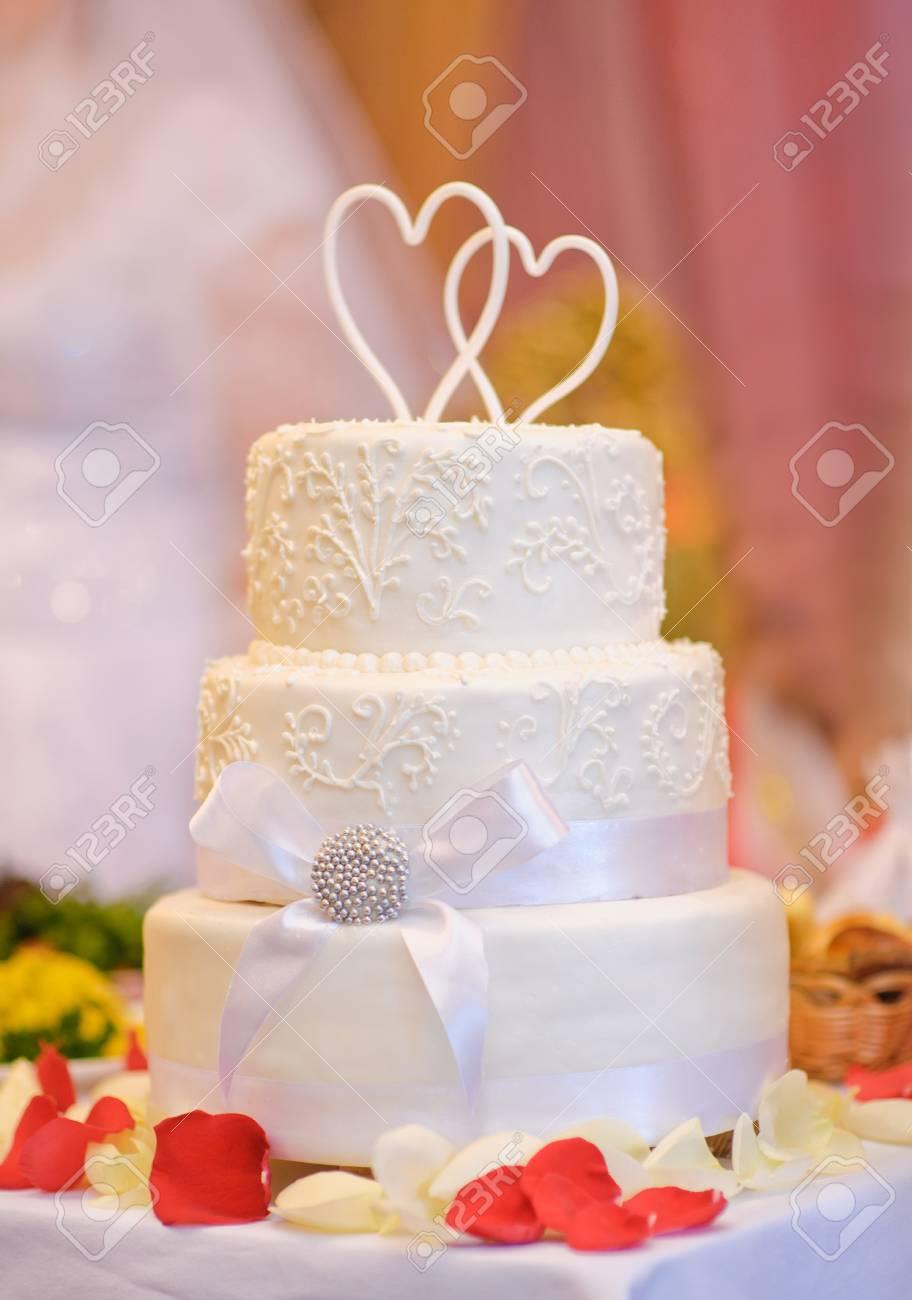 Mehrschichtige Weisse Hochzeitstorte Mit Zwei Herzen Vor Lizenzfreie