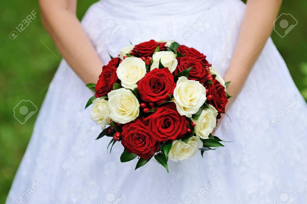 Bouquet De Mariage Rouge Et Blanc De Roses Dans Les Mains De La Mariee