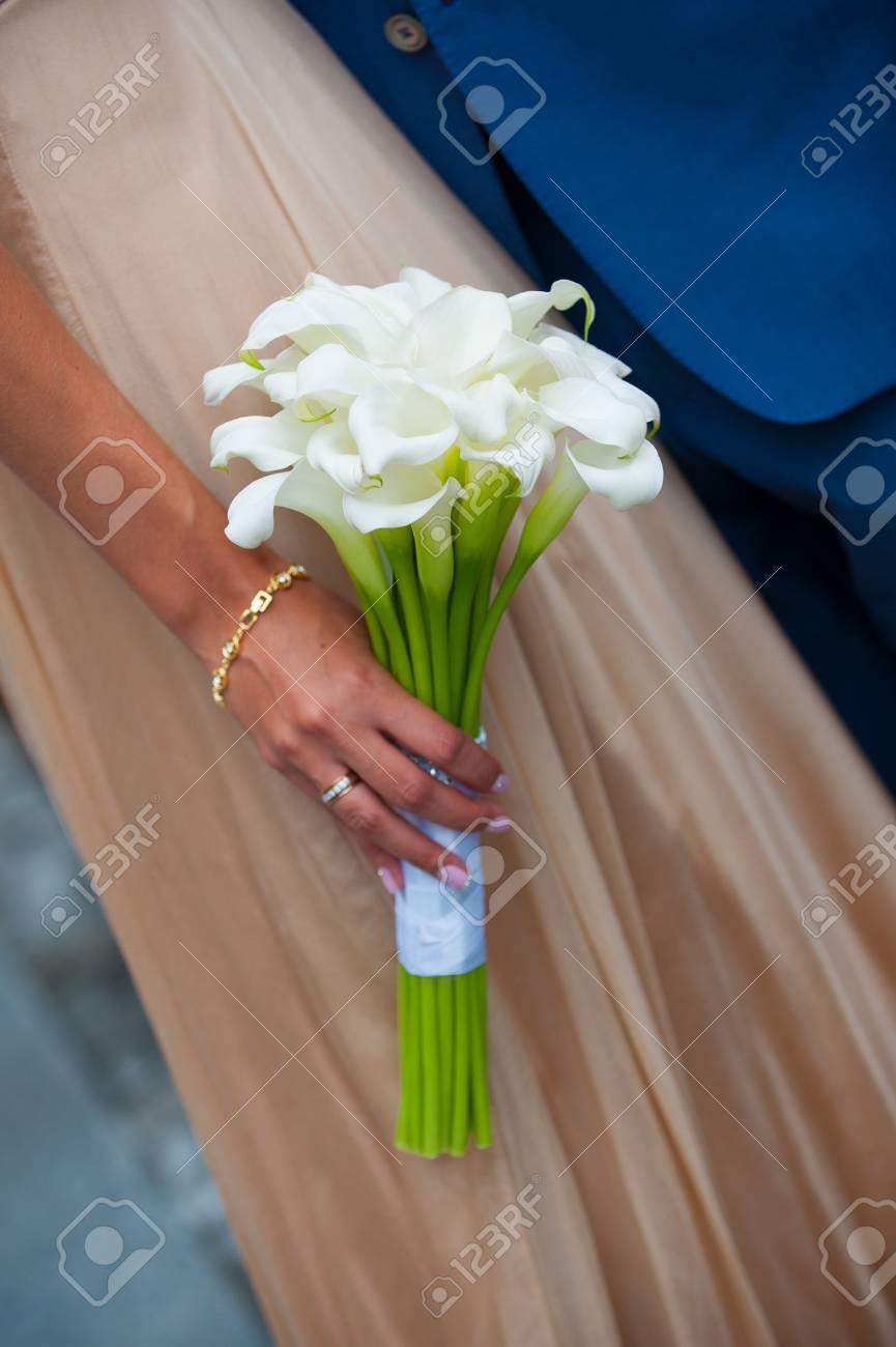 Weisse Hochzeitsstrauss Von Calla In Den Handen Der Braut Lizenzfreie