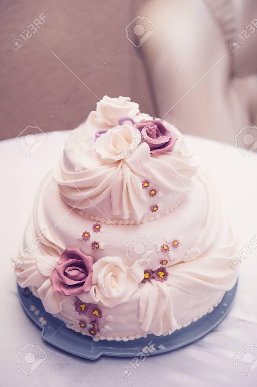 Dreistockige Schone Hochzeitstorte Mit Rosen Auf Dem Tisch