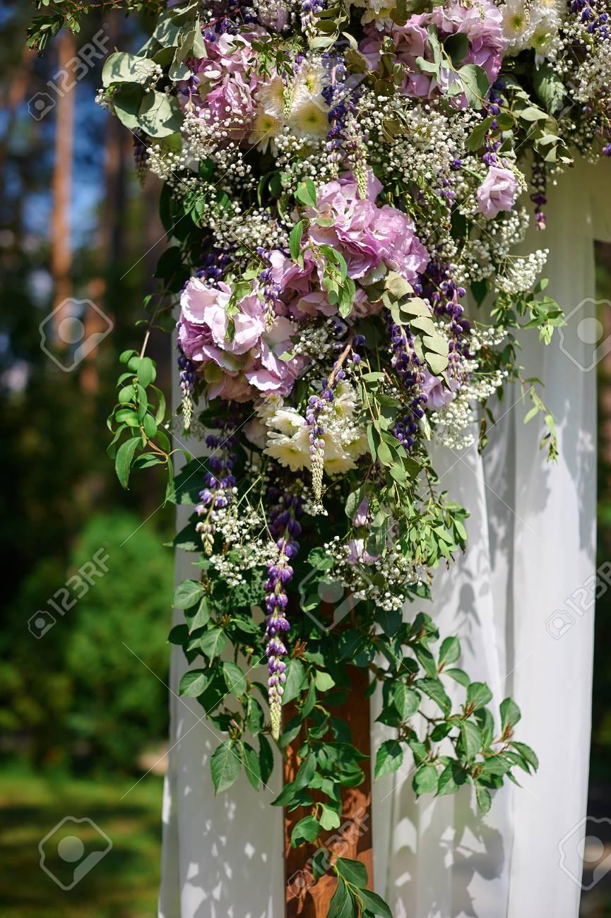 Hochzeit Bogen Geschmuckt Mit Blumen Und Glas Hangenden Vasen