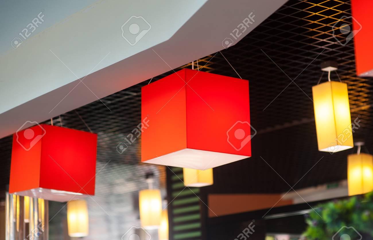 Lampadario Allaperto : Compresi i lampadari nel caffè di sera allaperto. foto royalty free