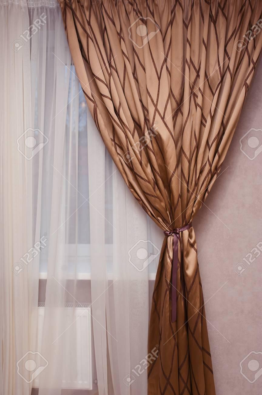 Rideau De Tissu Marron Sur La Fenêtre Dans La Chambre Banque D ...